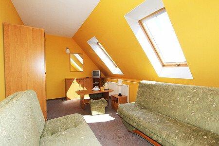 Pokój nr 7. Zdjęcie 2 Pokój dla 2-3 osób na II piętrze od strony południowej z widokiem na Zalew Wiślany.