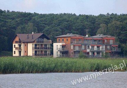 Nowo wybudowana nowoczesna Villa Piaski jest położona w zacisznym miejscu bezpośrednio nad Zalewem Wiślanym co gwarantuje niepowtarzalny widok z tarasów