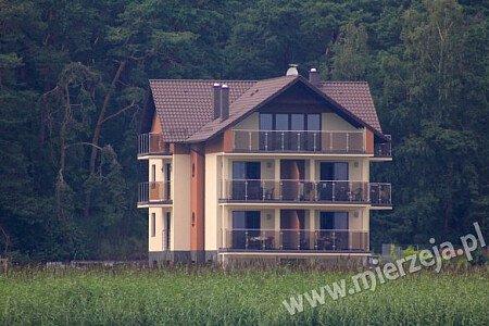 Przestronne tarasy i balkony są oddzielone od siebie  estetycznymi przegrodami co zapewnia intymność. Na tarasach znajdują się wygodne zestawy ogrodowe.