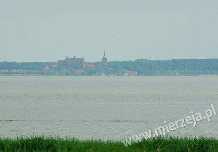 Widok z pokojów Villi Piaski na Zalew Wiślany i katedrę we Fromborku.