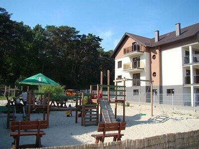 Obok Villi Piaski znajduje się kameralna Kawiarnia z bezpiecznym placem zabaw dla dzieci.