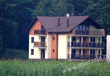 Widok Villi Piaski od strony Zalewu Wiślanego. Z przedniej części budynku roztacza się widok na las.