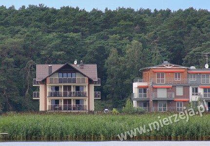 Widok od strony Zalewu Wiślanego. Zdjęcie pokazuje tarasy i balkony widokowe pokojów Villi Piaski.