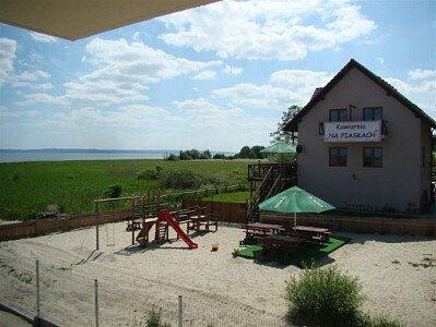 Widok na Zalew Wiślany i plac zabaw z pokoi usytuowanych po zachodnie stronie budynku