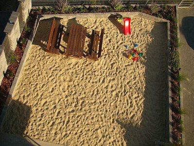 Villa Piaski posiada kameralny plac zabaw z piaskiem morskim