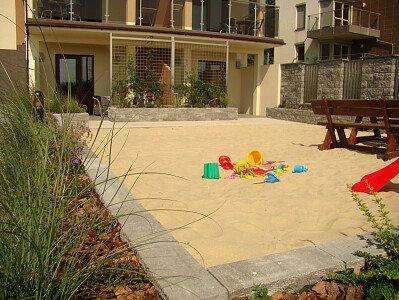 Kameralny placyk zabaw z piaskiem morskim