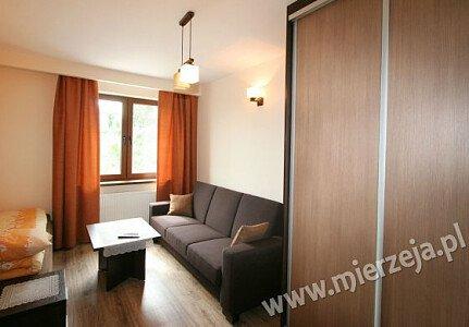 Pokój nr 1 posiada łoże małżeńskie, wygodną rozkładaną wersalkę, garderobę oraz lodówkę , czajnik i szklanki, tależe, sztućce