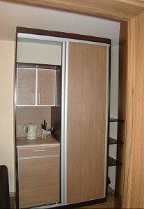 Garderoba  oraz lodówka w zabudowie, czajnik podstawowe naczynia i sztućce