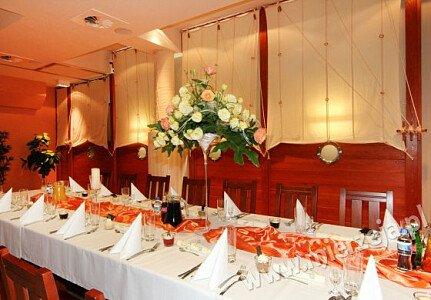 Restauracja NADMORSKA (sala dolna - mniejsza - wydzielona z dodatkowymi drzwiami)