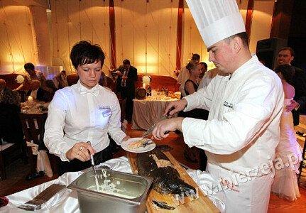 Restauracja NADMORSKA ŁOSOŚ NORWESKI pieczony w całości serwowany na gorąco z sosem koperkowym