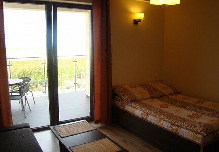 Pokój posiada rozkładaną sofę oraz wygodne łoże małżeńskie