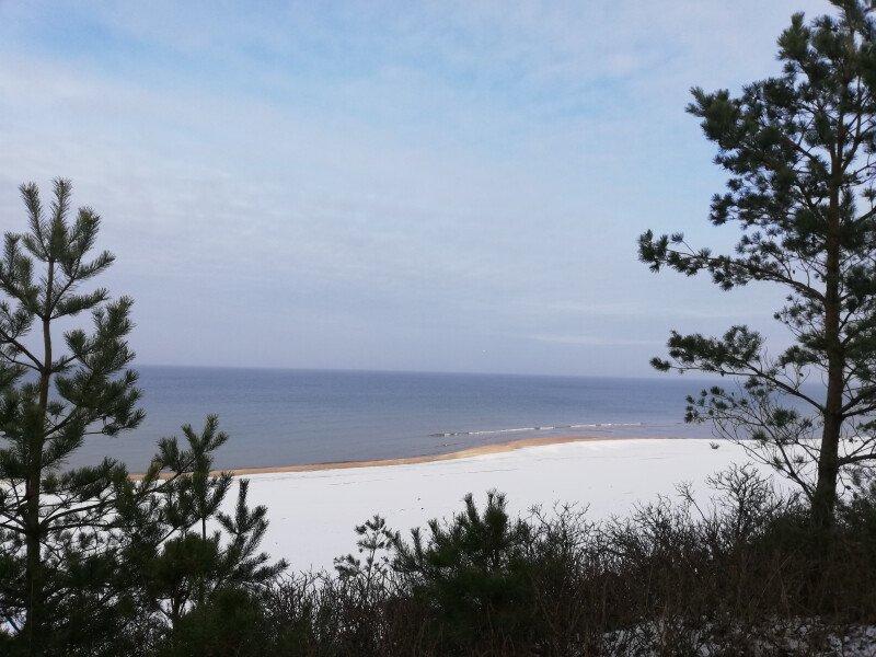 Przyjedź i zobacz jak śnieg na plaży mieni się w słońcu